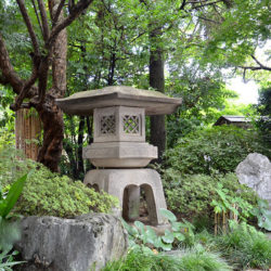 江戸時代の大名屋敷から移築された雪見灯篭